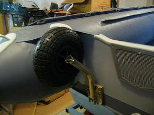 Как на лодку установить транцевые колеса